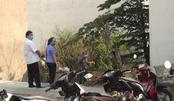 Lực lượng chức năng phong tỏa hiện trường, điều tra nguyên nhân cái chết của nạn nhân.