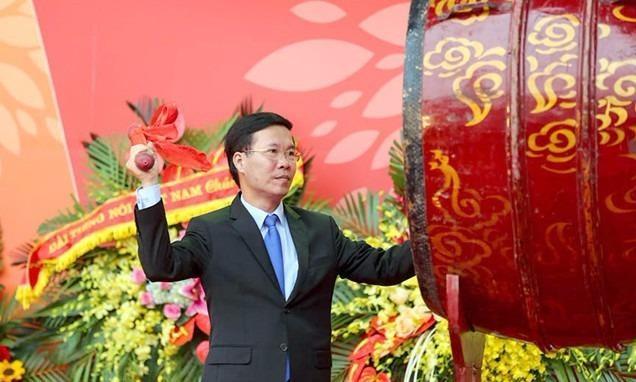 Ông Võ Văn Thưởng  Ủy viên Bộ Chính Trị, Bí thư Trung ương Đảng, Trưởng Ban tuyên giáo Trung ương - đánh trống khai hội báo toàn quốc 2018.