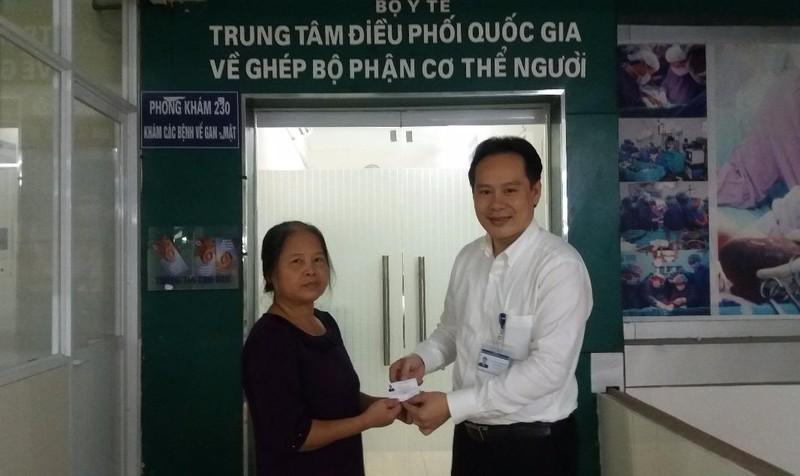 Phó giám đốc Trung tâm điều phối Quốc gia về ghép bộ phận cơ thể người trao thẻ cho một người tự nguyện hiến tạng. 