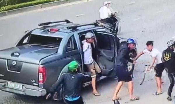 Hai nhóm thanh niên hỗn chiến nhau bằng mã tấu và súng (Ảnh cắt clip)