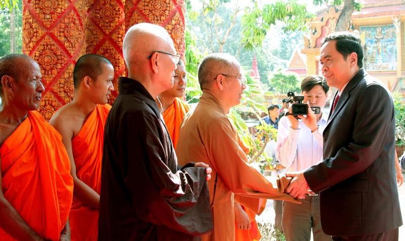 Chủ tịch UBTƯMTTQ Việt Nam Trần Thanh Mẫn thăm hỏi các vị Hòa thượng, Thượng tọa, Đại đức, Sư sãi, Achar tại chùa Prếk On Đớk.