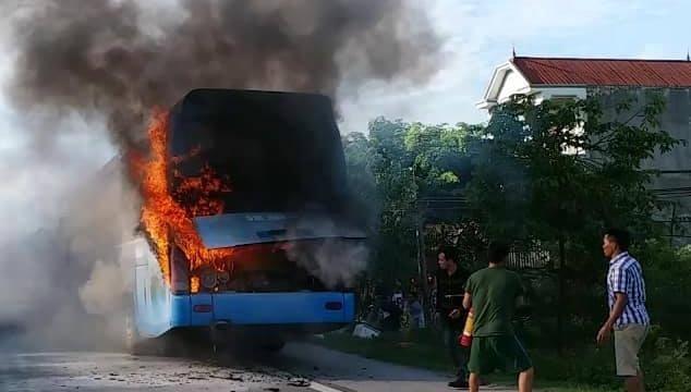 Xe khách chở 23 người bốc cháy dữ dội trên quốc lộ