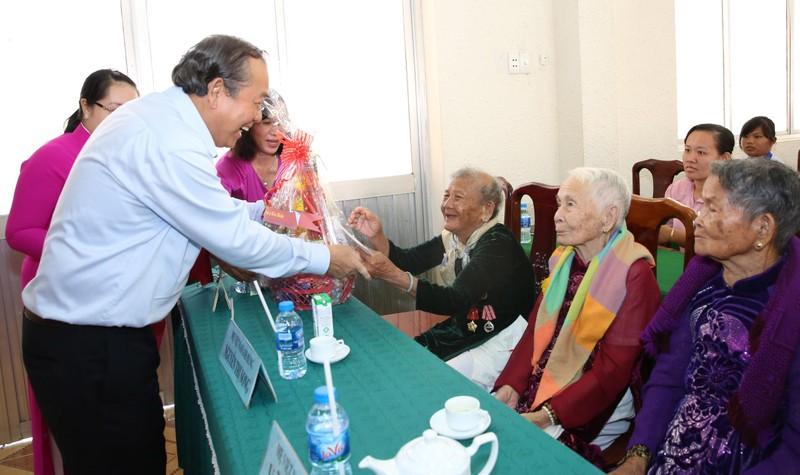 Phó Thủ tướng Trương Hòa Bình tặng quà các Mẹ Việt Nam anh hùng. - Ảnh: VGP/Lê Sơn