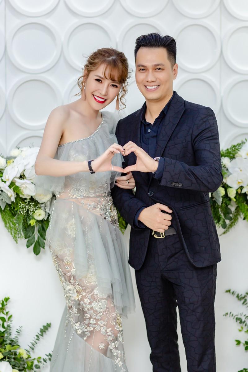 Trong sự kiện khai trương chiều 28/7, Hương Trần - vợ Việt Anh đã không thể có mặt để chúc mừng ông xã lấn sân kinh doanh vì bận chăm sóc con trai nhỏ.