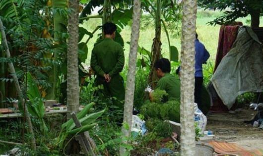 Lực lượng chức năng khám nghiệm hiện trường vụ án.