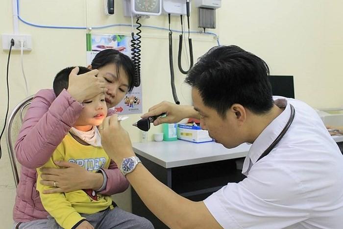 Khám cho bệnh nhi nghi mắc sởi tại Bệnh viện E