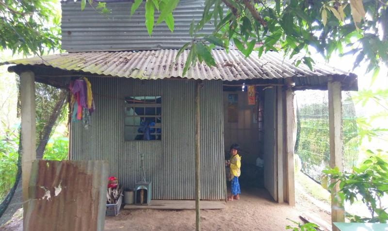 Căn nhà xập xệ rách nát này là nơi che mưa che nắng của gia đình chị Qúy