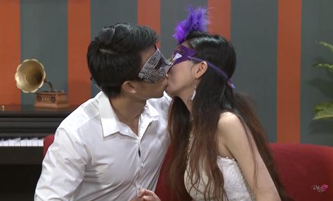 Date and Kiss - cô gái hôn thắm thiết chàng trai ngay từ lần đầu gặp mặt.
