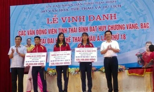 Ông Nguyễn Hồng Diên, UVTW Đảng, Bí thư Tỉnh ủy Thái Bình và ông Đặng Trọng Thăng, Phó Bí thư Tỉnh ủy, Chủ tịch UBND tỉnh trao tặng hoa, bằng khen, tiền thưởng cho các VĐV Thái Bình đạt thành tích cao tại ASIAD 2018.