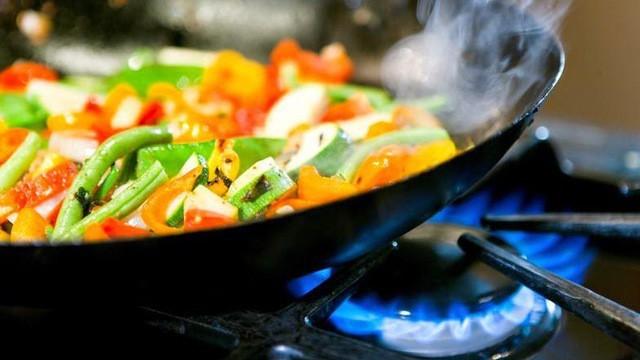 Bị ung thư phổi có liên quan rất lớn đền việc thường xuyên tiếp xúc với khói dầu trong nhà bếp.