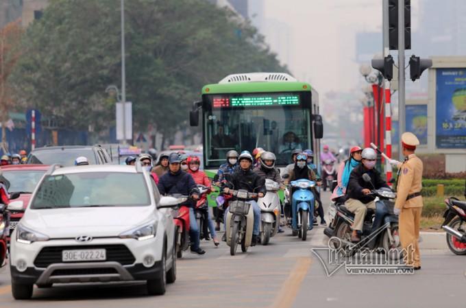 Xe buýt BRT đang phải đi chung đường cùng các phương tiện khác...(Ảnh Vietnamnet).