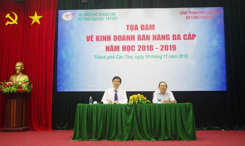 Ông Nguyễn Minh Toại (phía trái) cùng thầy Nguyễn Ngọc Minh giải đáp những khúc mắc của sinh viên tại buổi Tọa đàm.