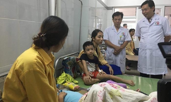 Lãnh đạo Sở Y tế Hà Nội thăm hỏi các bệnh nhi.