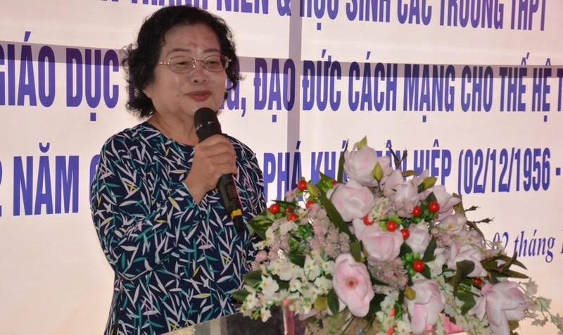 Bà Trương Mỹ Hoa giao lưu, trò chuyện với các bạn trẻ, đoàn viên, thanh niên, sinh viên, học sinh tại buổi lễ.