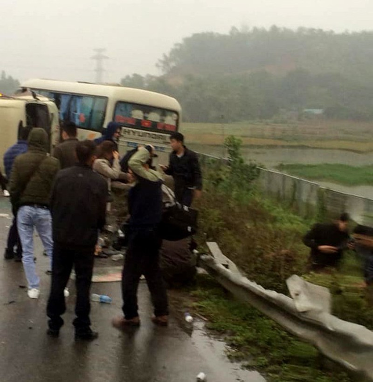 2 xe khách tông nhau trên cao tốc Nội Bài-Lào Cai, nhiều hành khách bị thương - Ảnh 3.