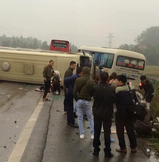 2 xe khách tông nhau trên cao tốc Nội Bài-Lào Cai, nhiều hành khách bị thương - Ảnh 1.