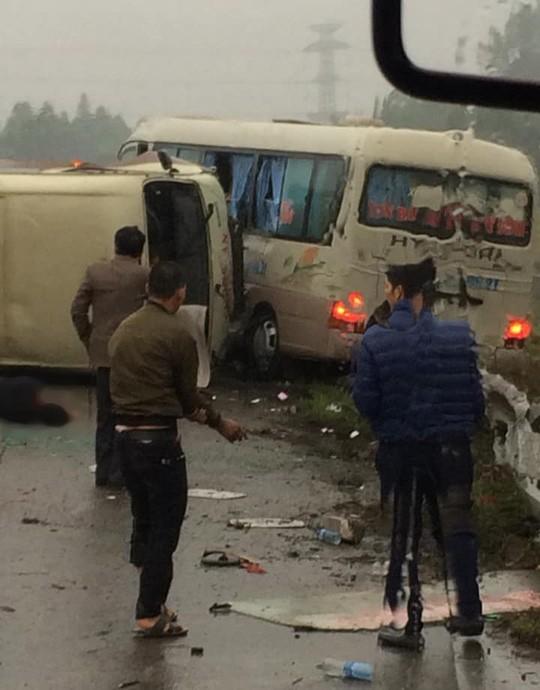 2 xe khách tông nhau trên cao tốc Nội Bài-Lào Cai, nhiều hành khách bị thương - Ảnh 5.