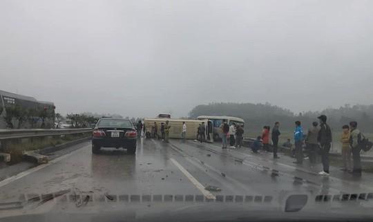 2 xe khách tông nhau trên cao tốc Nội Bài-Lào Cai, nhiều hành khách bị thương - Ảnh 7.