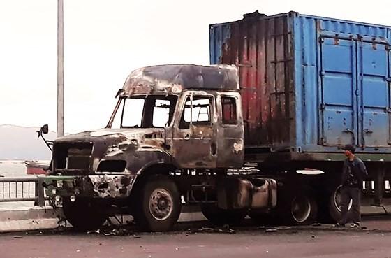 Xe tải đang đi trên đường bốc cháy, tài xế nhảy khỏi cabin thoát nạn ảnh 1