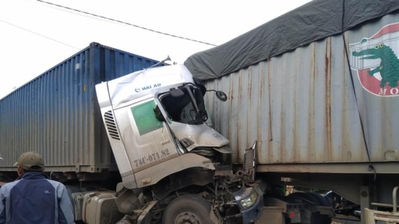 Tài xế tử vong ngay trên cabin sau vụ tai nạn giữa 2 Container trên Quộc lộ 9