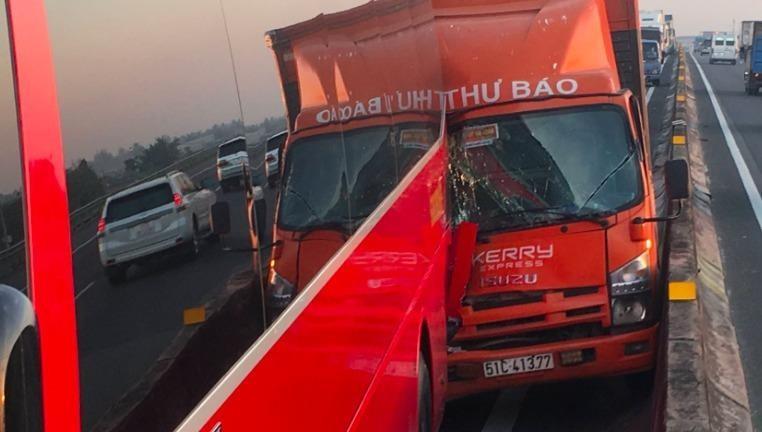 Xe khách chở hàng chục em nhỏ bị tai nạn sau cú đâm với xe tải