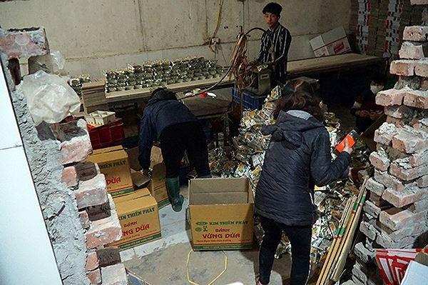 'Mục kích' cơ sở sản xuất bánh kẹo bẩn ở Hà Nội ngày cận Tết - ảnh 2