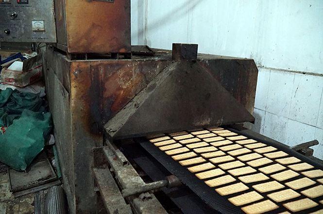 'Mục kích' cơ sở sản xuất bánh kẹo bẩn ở Hà Nội ngày cận Tết - ảnh 3