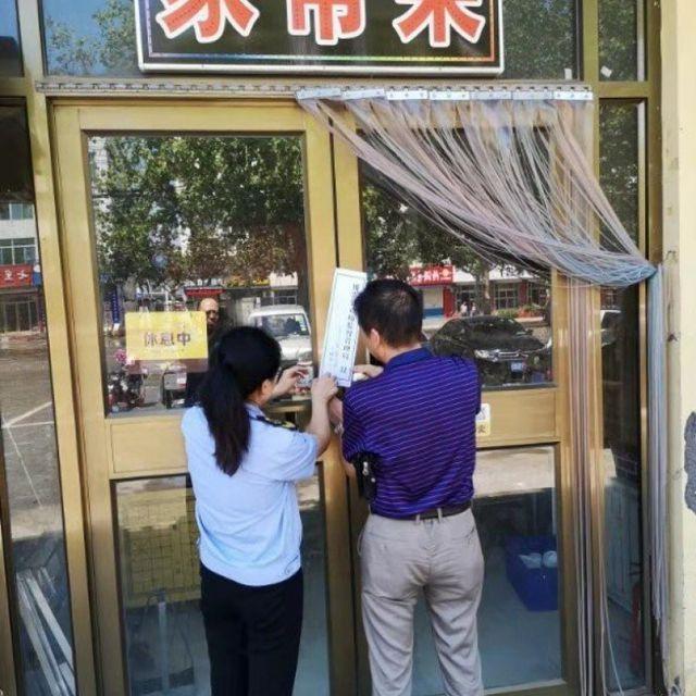 Nhà hàng phải đóng cửa vì bị phát hiện rửa bát trong vũng nước bẩn - Ảnh 1.