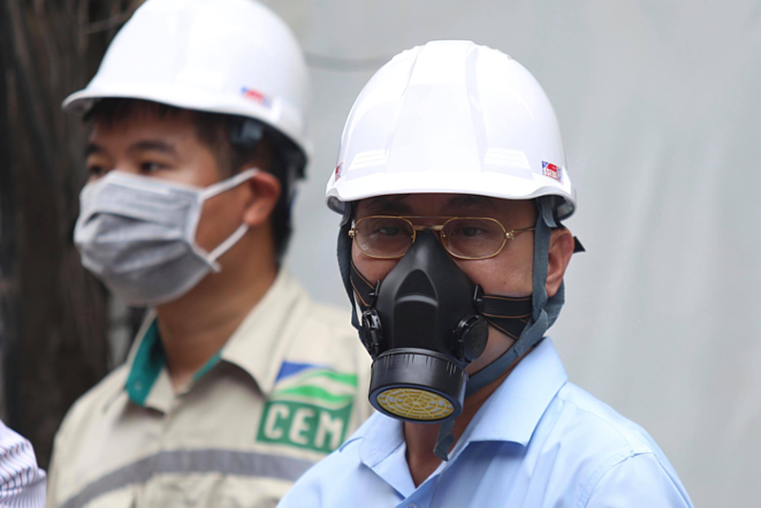 Ông Hoàng Văn Thức (Phó Tổng Cục trưởng Tổng Cục môi trường, Bộ Tài nguyên và Môi trường) đeo mặt nạ phòng độc thực tế tại nhà kho sáng 31-8.