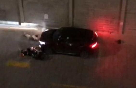 Tranh chấp chỗ đậu xe, lái ô tô tông gục 2 người ở chung cư Gold View