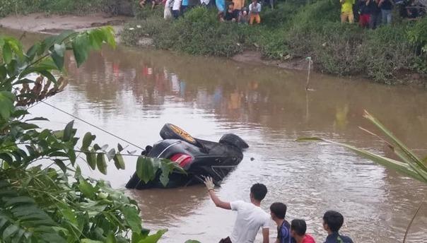 Thi thể hai vợ chồng và em trai trong chiếc xe chìm dưới mương nước