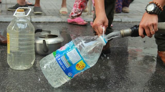 Bộ Y tế xét nghiệm miễn phí cho cư dân vùng sử dụng nước sạch sông Đà nhiễm dầu thải