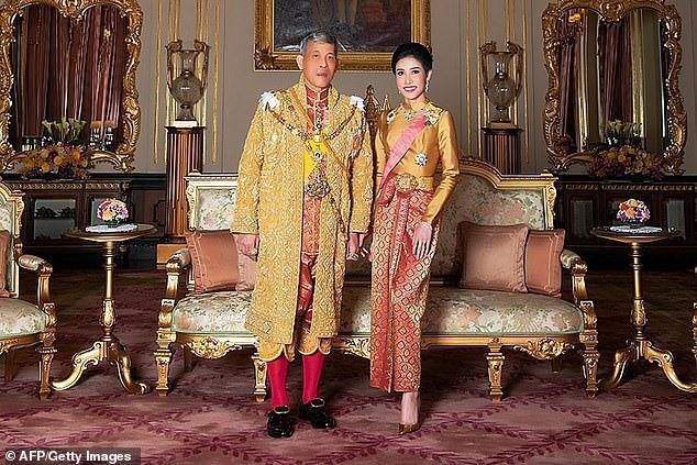 Vua Rama X và hoàng quý phi tại cung điện hoàng gia. Ảnh: REUTERS