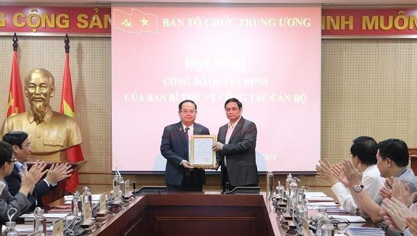 Ông Phạm Minh Chính  Ủy viên Bộ Chính trị, Bí thư Trung ương Đảng, Trưởng Ban Tổ chức Trung ương trao quyết định bổ nhiệm cho ông Quản Minh Cường -  Phó Trưởng Ban Tổ chức Trung ương.