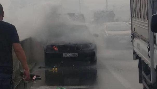 Xe Mercedes bốc cháy trên đường vành đai 3