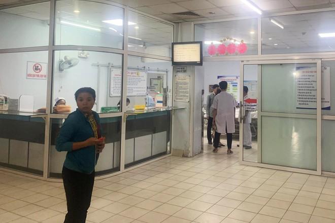 9 thanh niên xông vào bệnh viện chém người