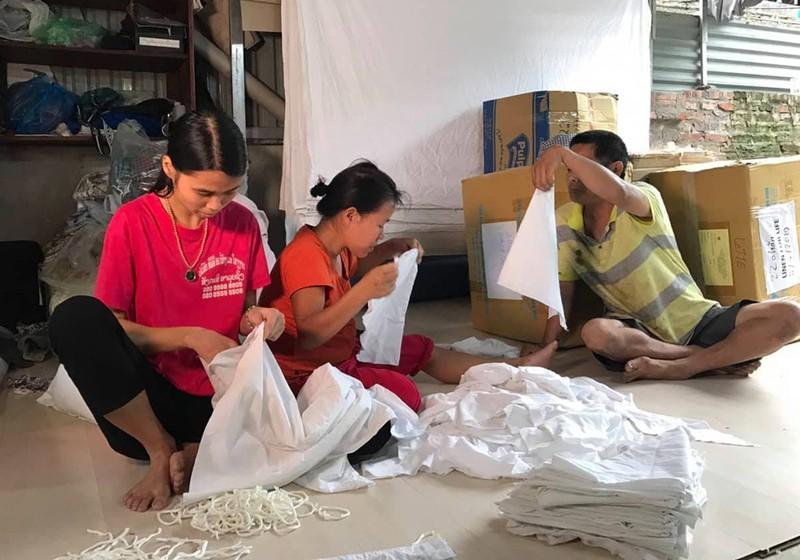 'Hô biến' vải cũ khách sạn 5 sao thành đồ sơ sinh cho trẻ em nghèo