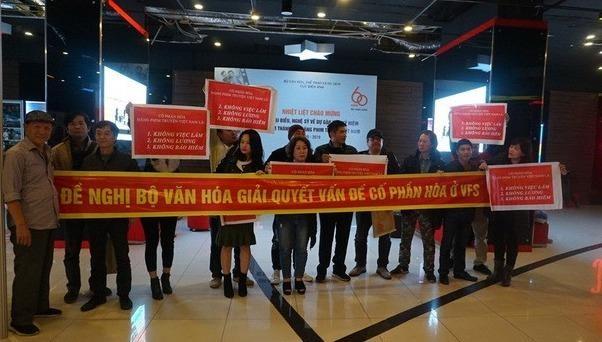 Lễ kỷ niệm 60 năm thành lập Hãng phim truyện Việt Nam, nghệ sỹ căng băng-rôn đòi giải quyết dứt điểm việc cổ phần hoá