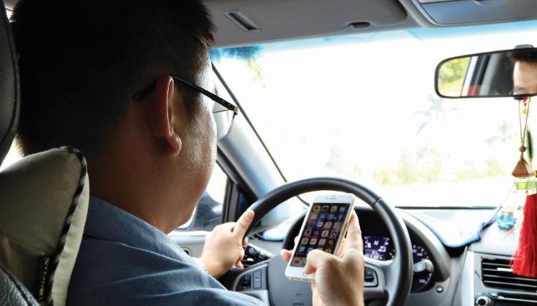 Người lái xe ô tô vẫn dùng điện thoại di động bằng tay sẽ bị xử phạt đến 2 triệu đồng