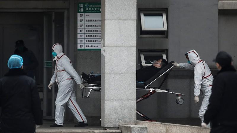 Nhân viên y tế chuyển một bệnh nhân đến bệnh viện Jin Yintan ở thành phố Vũ Hán. ẢNH GETTY / STRINGER
