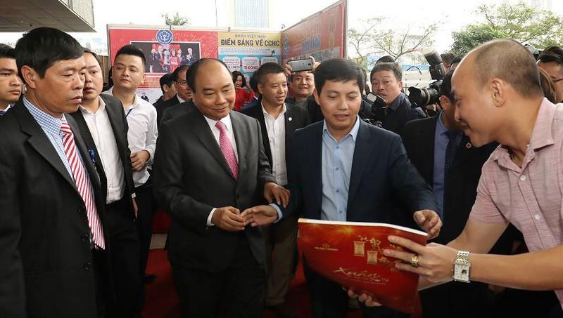 Thủ tướng Chính phủ thăm gian trưng bày của Báo PLVN tại Hội báo toàn quốc năm 2019.