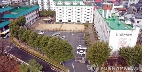 Hàn Quốc cách ly 1 chung cư có nhiều thành viên giáo phái bị nhiễm Covid-19