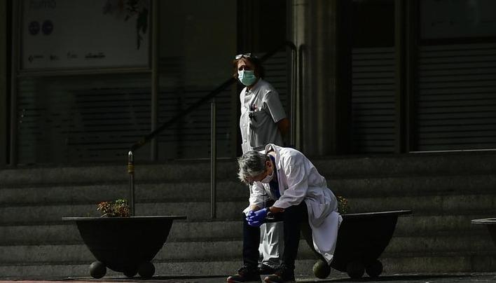 Tây Ban Nha: Dùng sân vận động làm nhà xác, bác sĩ phải chọn ra người được sống trong phòng cấp cứu