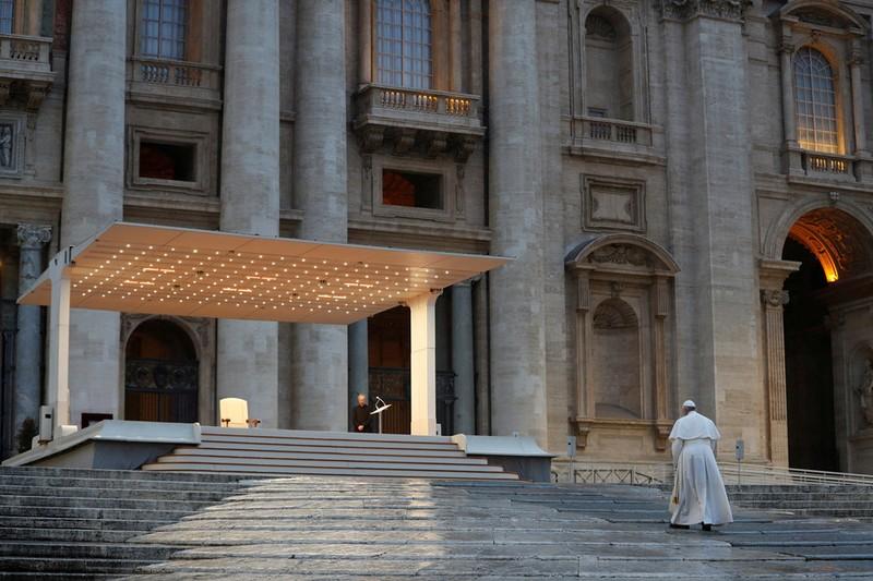 Giáo hoàng chủ trì phép lành đặc biệt trực tuyến khi đại dịch Covid-19 hoành hành thế giới