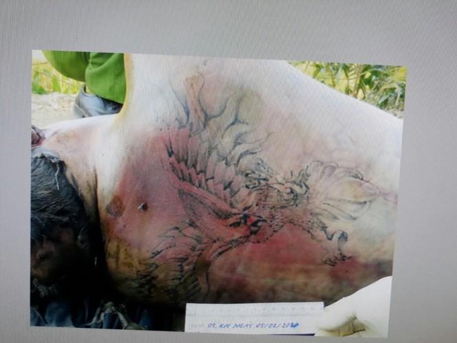 Hình xăm trên lưng thi thể.