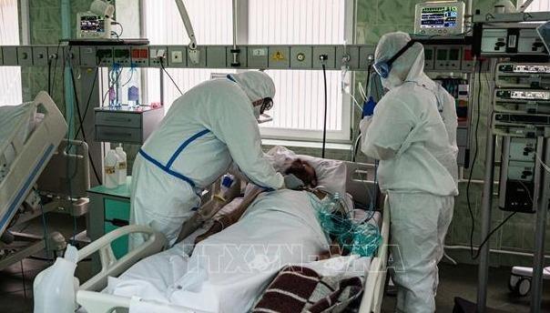 Nhân viên y tế chăm sóc bệnh nhân mắc COVID-19 tại một bệnh viện ở Moskva, Nga ngày 17/5/2020. Ảnh: AFP/TTXVN