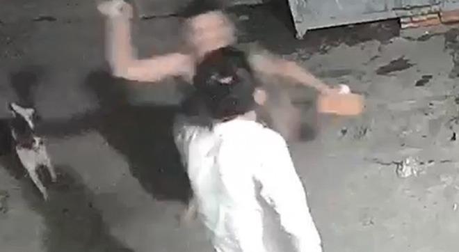 Hình ảnh xô xát giữa nghi can và nạn nhân được camera ghi lại.Ảnh chụp màn hình.