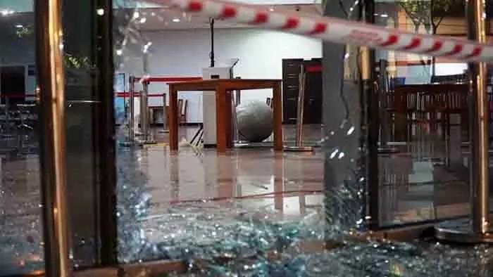 Ô tô đâm vỡ cửa kính tòa nhà Trung tâm hành chính Đà Nẵng