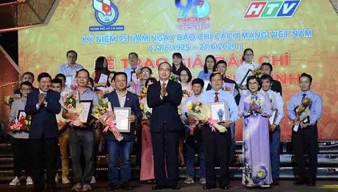 Đồng chí Nguyễn Thiện Nhân và lãnh đạo thành phố trao giải cho các tác giả đạt giải báo chí ở nhóm Chính luận và Công trình tập thể.