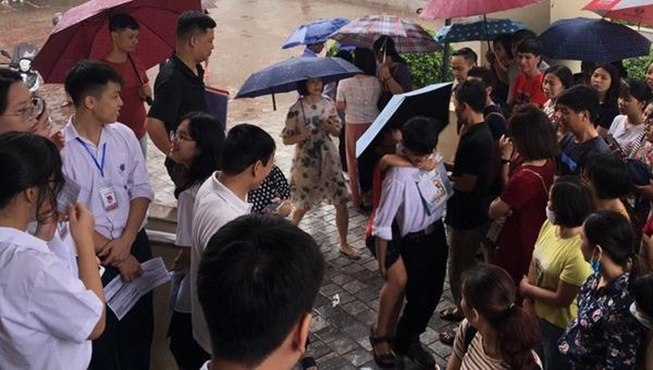Xúc động với hình ảnh học sinh Trường Nguyễn Tất Thành cõng các em thí sinh vào điểm thi
